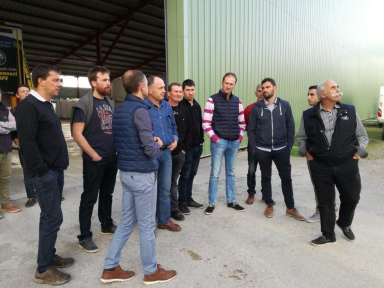 Les membres du Charolais Aveyron dans une cour agricoles